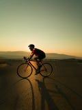 Ποδηλάτης στο οδικό ποδήλατο Στοκ Εικόνες