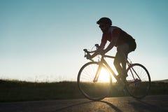 Ποδηλάτης στο δρόμο Στοκ Εικόνες
