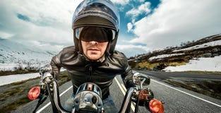 Ποδηλάτης στο σακάκι κρανών και δέρματος που συναγωνίζεται serpentine βουνών Στοκ φωτογραφία με δικαίωμα ελεύθερης χρήσης