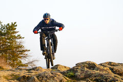 Ποδηλάτης Enduro που οδηγά το ποδήλατο βουνών κάτω από το όμορφο δύσκολο ίχνος Ακραία αθλητική έννοια Διάστημα για το κείμενο στοκ εικόνα με δικαίωμα ελεύθερης χρήσης