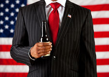 Πολιτικός: Κράτημα ενός μπουκαλιού μπύρας Στοκ φωτογραφίες με δικαίωμα ελεύθερης χρήσης