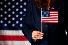 Πολιτικός: Κράτημα μιας μικρής αμερικανικής σημαίας Στοκ Φωτογραφία