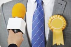 Πολιτικός που περνά από συνέντευξη από το δημοσιογράφο κατά τη διάρκεια της εκλογής Στοκ Φωτογραφία