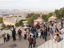 Πολλοί άνθρωποι εξετάζουν την κορυφή της Βαρκελώνης Στοκ φωτογραφία με δικαίωμα ελεύθερης χρήσης