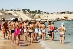 Πολλοί άνθρωποι σε μια παραλία κοιτάζουν σε μια θάλασσα Στοκ φωτογραφία με δικαίωμα ελεύθερης χρήσης
