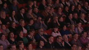 Πολλοί άνθρωποι στη κινηματογραφική αίθουσα προσέχουν την ταινία φιλμ μικρού μήκους