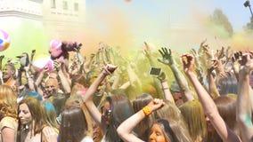 Πολλοί άνθρωποι στο φεστιβάλ των χρωμάτων απόθεμα βίντεο
