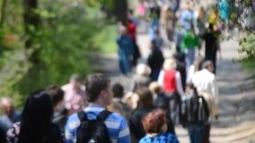 Πολλοί άνθρωποι, το πλήθος, που περπατούν κατά μήκος του δρόμου απόθεμα βίντεο