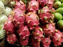 Πολλοί δίσκοι φρούτων δράκων μωρών σε προετοιμασία για την πώληση Στοκ φωτογραφίες με δικαίωμα ελεύθερης χρήσης
