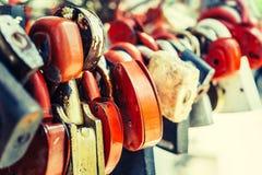 Πολλοί αγαπούν τις κλειδαριές που κλειδώνονται στην αλυσίδα σιδήρου με την προοπτική, εκλεκτική εστίαση Στοκ Φωτογραφία