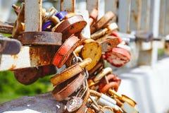 Πολλοί αγαπούν τις κλειδαριές στη γέφυρα Στοκ Φωτογραφίες