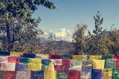 Πολλοί βουδιστική προσευχή σημαιοστολίζουν το φύσηγμα στον αέρα Στοκ φωτογραφίες με δικαίωμα ελεύθερης χρήσης