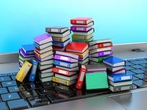 Πολλοί ζωηρόχρωμοι φάκελλοι που συσσωρεύονται σε μια σειρά σε ένα lap-top ελεύθερη απεικόνιση δικαιώματος