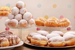 Πολλοί διαφορετικοί τύποι κέικ donuts την παχιά Πέμπτη στοκ εικόνα
