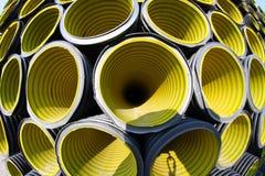 Πολλοί κίτρινος ζαρωμένος σωλήνας που φωτογραφίζεται με το φακό fisheye Στοκ Φωτογραφία