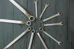 Πολλοί καθορίζουν τα γαλλικά κλειδιά μαύρο σε ξύλινο Στοκ φωτογραφία με δικαίωμα ελεύθερης χρήσης
