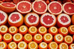 Πολλοί κόβουν τα juicy πορτοκάλια και τα γκρέιπφρουτ σε μια αγορά στη Ιστανμπούλ, Τουρκία Στοκ Εικόνες