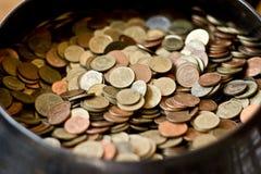 Πολλοί νόμισμα στο κύπελλο Στοκ Εικόνα
