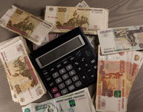 Πολλοί ρωσικοί χρήματα και υπολογιστής σε ένα ξύλινο υπόβαθρο Στοκ εικόνες με δικαίωμα ελεύθερης χρήσης
