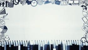 Πολλοί στυλοί και μολύβια με τα εικονίδια επιχειρησιακών σχεδίων γύρω από τα σύνορα Στοκ φωτογραφία με δικαίωμα ελεύθερης χρήσης