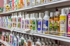 Πολλοί τύποι προϊόντων κατοικίδιων ζώων στο κατάστημα κατοικίδιων ζώων Στοκ φωτογραφία με δικαίωμα ελεύθερης χρήσης