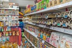 Πολλοί τύποι τροφίμων κατοικίδιων ζώων και προϊόντων στο κατάστημα κατοικίδιων ζώων Στοκ Εικόνα