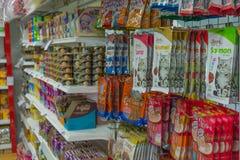 Πολλοί τύποι τροφίμων κατοικίδιων ζώων στο κατάστημα κατοικίδιων ζώων Στοκ Εικόνα
