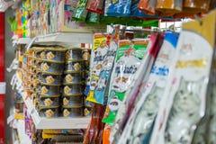 Πολλοί τύποι τροφίμων κατοικίδιων ζώων στο κατάστημα κατοικίδιων ζώων Στοκ Εικόνες
