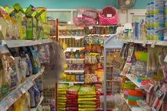Πολλοί τύποι τροφίμων κατοικίδιων ζώων στο κατάστημα κατοικίδιων ζώων Στοκ εικόνα με δικαίωμα ελεύθερης χρήσης