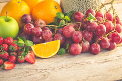 Πολλοί τύποι φρούτων που τοποθετούνται σε ένα ξύλινο πάτωμα στοκ φωτογραφία με δικαίωμα ελεύθερης χρήσης