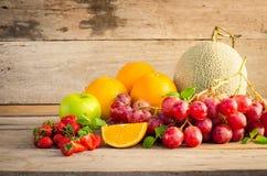 Πολλοί τύποι φρούτων που τοποθετούνται σε ένα ξύλινο πάτωμα στοκ φωτογραφίες με δικαίωμα ελεύθερης χρήσης
