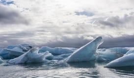 Πολλοί φραγμοί πάγου και σύννεφα στη λίμνη Jokulsarlon, Ισλανδία Στοκ φωτογραφίες με δικαίωμα ελεύθερης χρήσης