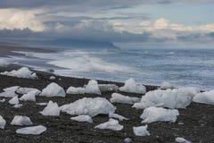 Πολλοί φραγμοί πάγου στην παραλία, Ισλανδία Στοκ Εικόνα