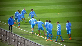 Ποδοσφαιριστές που κάνουν την άσκηση ροής φιλμ μικρού μήκους