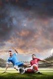 Ποδοσφαιριστές στη δράση στο υπόβαθρο σταδίων ηλιοβασιλέματος Στοκ Φωτογραφία