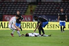 Ποδοσφαιριστής, κύβοι του Πάτρικ Ekeng μετά από την κατάρρευση κατά τη διάρκεια του παιχνιδιού Dinamo Βουκουρέστι Στοκ Εικόνα