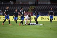 Ποδοσφαιριστής, κύβοι του Πάτρικ Ekeng μετά από την κατάρρευση κατά τη διάρκεια του παιχνιδιού Dinamo Βουκουρέστι Στοκ Φωτογραφία