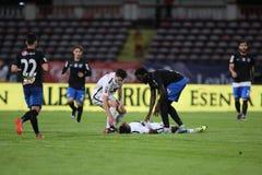 Ποδοσφαιριστής, κύβοι του Πάτρικ Ekeng μετά από την κατάρρευση κατά τη διάρκεια του παιχνιδιού Dinamo Βουκουρέστι Στοκ Εικόνες