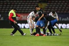 Ποδοσφαιριστής, κύβοι του Πάτρικ Ekeng μετά από την κατάρρευση κατά τη διάρκεια του παιχνιδιού Dinamo Βουκουρέστι Στοκ φωτογραφία με δικαίωμα ελεύθερης χρήσης