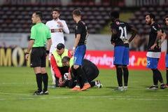 Ποδοσφαιριστής, κύβοι του Πάτρικ Ekeng μετά από την κατάρρευση κατά τη διάρκεια του παιχνιδιού Dinamo Βουκουρέστι Στοκ εικόνα με δικαίωμα ελεύθερης χρήσης
