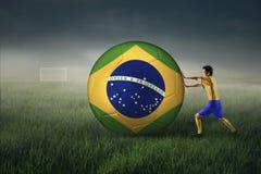 Ποδοσφαιριστής με μια μεγάλη σφαίρα 1 Στοκ Φωτογραφίες