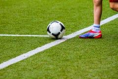 Ποδοσφαιριστής με μια σφαίρα ποδοσφαίρου Στοκ Εικόνες