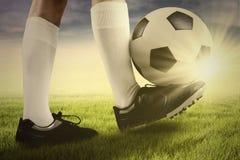 Ποδοσφαιριστής με μια σφαίρα στη χλόη Στοκ φωτογραφίες με δικαίωμα ελεύθερης χρήσης