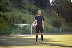 Ποδοσφαιριστής με τη σφαίρα στο αγωνιστικό χώρο ποδοσφαίρου Στοκ Φωτογραφία