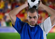 ποδοσφαιριστής που ρίχνει μέσα, μπροστά από τους ανεμιστήρες στοκ φωτογραφίες