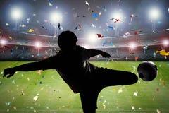 Ποδοσφαιριστής σκιαγραφιών που κλωτσά τη σφαίρα Στοκ εικόνα με δικαίωμα ελεύθερης χρήσης