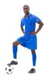 Ποδοσφαιριστής στην μπλε στάση με τη σφαίρα Στοκ φωτογραφία με δικαίωμα ελεύθερης χρήσης