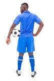 Ποδοσφαιριστής στην μπλε στάση με τη σφαίρα Στοκ Φωτογραφίες