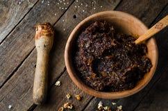 Πολτοποιηίδες ημερομηνίες με τα ξύλα καρυδιάς και τους σπόρους σουσαμιού στο υπόβαθρο wintage Εκλεκτική εστίαση Συστατικά για να  Στοκ Φωτογραφίες