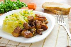 Πολτοποιηίδες πατάτες και ψημένο στη σχάρα κρέας Στοκ εικόνα με δικαίωμα ελεύθερης χρήσης